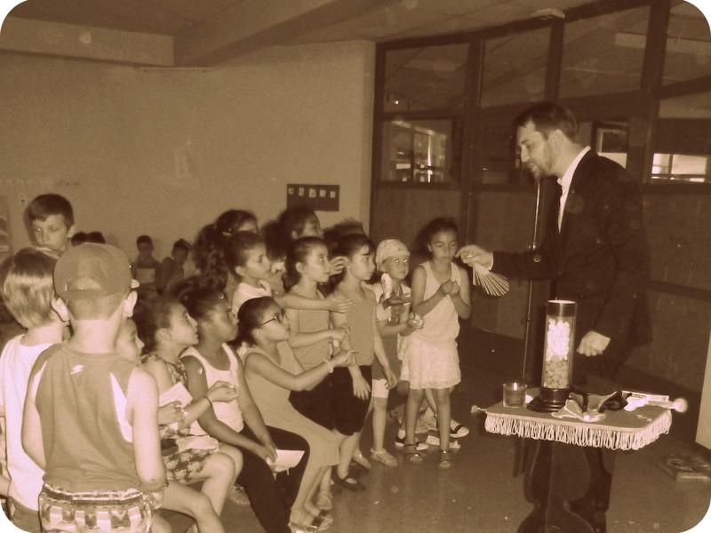 Magicien enfants à Lyon Bron à l'école Louise Michel